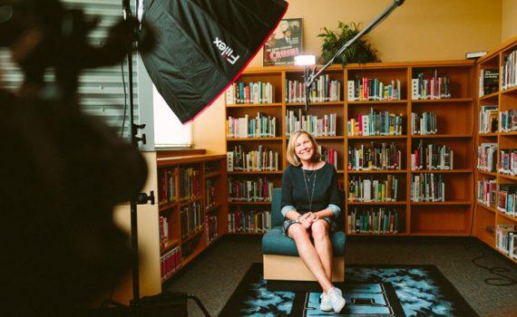 Journaliste interview dans l'entreprise pour communication globale en vidéo